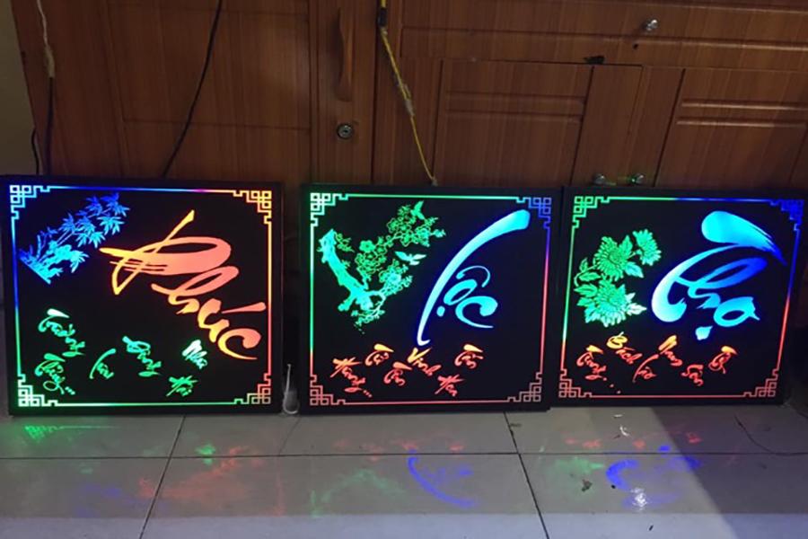 Tranh đèn led siêu mỏng được đặt tại phòng khách